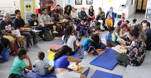 Na foto, a roda de leitura inclusiva com os convidados, a escritora e os articuladores.