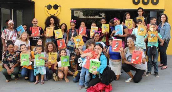 Na foto, alunos, pais e educadores se reunem em frente a Fundação Dorina com os livros da Coleção Regionais.