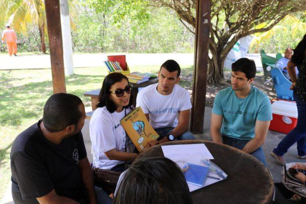 Na foto, a articuladora Ana Paula Siva na Roda de Leitura em Aracaju