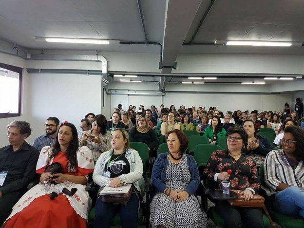 Público sentado assistindo as apresentações