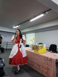 Mulher com traje típico do Sul, um vestido de Prenda